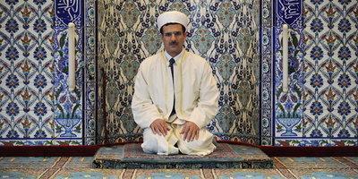 Imam kniet vor dem Mihrab (Gebetsnische); Foto: dpa