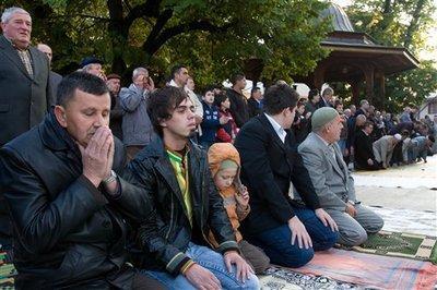 Bosnische Muslische beim Id-Fitr-Gebet in Sarajevo; Foto: AP