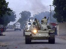 Friedenstruppen der Afrikanischen Union auf Patrouille in Mogadischu; Foto: AP/Farah Abdi Warsameh