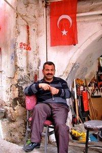 Scherenschleifer im Suk von Mardin am türkischen Nationalfeiertag; Foto: Harald Brandt