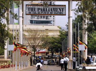 Trauerbeflaggung vor dem Parlament in Kampala, Uganda, nach dem Anschlag während der WM 2010; Foto: AP/Stephan Wandera