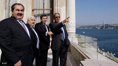Die Außenminister der Türkei, Irans und Iraks sowie der Generalsekretär der arabischen Liga, Amr Moussa, bei einem Treffen in Istanbul; Foto: AP/Ibrahim Usta
