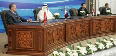 Der türkische Premierminister Erdogan, der Emir von Qatar Sheikh Hamad bin Khalifa al-Thani, Syriens Präsident Assad und Frankreichs Präsident Sarkozy; Foto: AP/Michael Euler