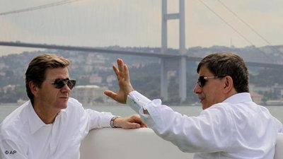 Außenminister Westerwelle und türkischer Außenminister Davutoglu in Istanbul; Foto: AP/Kerim Okten