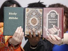 Bibel, Koran und Tora; Foto: dpa