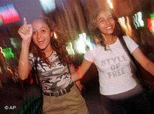 Jungen Ägypterinnen in einer Diskothek; Foto: AP