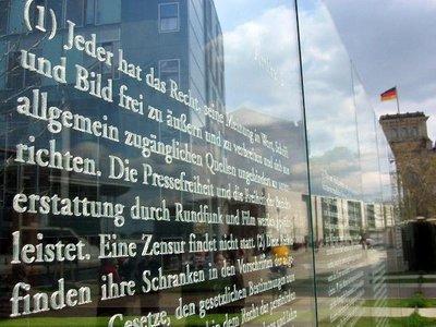Artikel des Grundgesetzes, Installation in Berlin; Foto: dpa