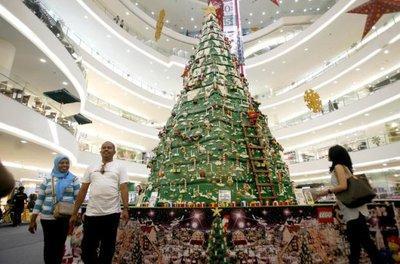 Weihnachtsbaum aus 850.000 LEGO-Steinen in der Senayan City Shopping Mall in Jakarta; Foto: AP