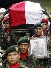 Suhartos Staatsbegräbnis in Zentral-Java; Foto: AP/Irwin Fedriansyiah