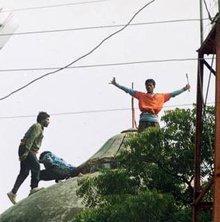 Zerstörung der Babri-Moschee durch Hindus; Foto: AP