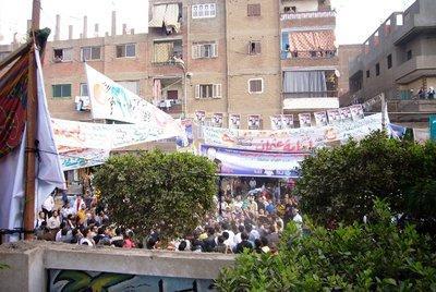 Anhänger von Mohamed El-Beltagy vor dem Wahllokal in Shubra El-Kheima; Foto: Amira El Ahl