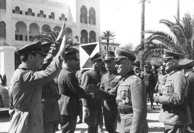 Italienische Generäle begrüßen Generalfeldmarschall Erwin Rommel in Tripoli, Lybien; Foto: Bundesarchiv