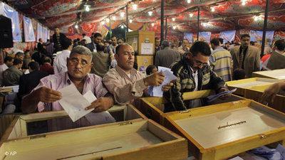 Ägyptische Wähler bei der Stimmabgabe; Foto: AP