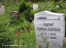 Grabstein von Ehrenmord-Opfer Hatun Sürücü; Foto: dpa