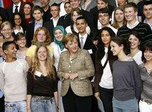 Kanzlerin Merkel mit Migrantenvertretern auf dem Integrationsgipfel; Foto: AP