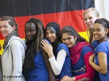 Junge  Migranten vor Deutschlandfahne; Foto: dpa