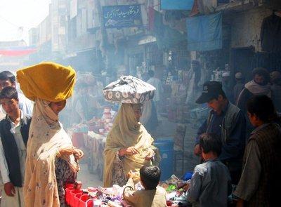 Afghaninnen bieten ihre Ware feil, Kabul; Foto: Stephan Schütt