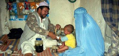 Afghanin mit ihrem Kind bei einem Heiler, Kabul; Foto: Stephan Schütt