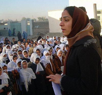 Afghanische Politikerin Malalai Joya in einer Mädchenschule, Provinz Farah; Foto: Shikiba Babori