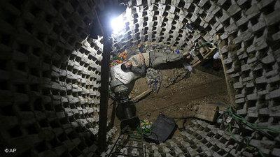 Palästinensischer Arbeiter in einem Schmuggel-Tunnel an der ägyptischen Grenze; Foto: AP