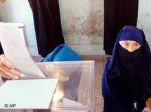 Zwei Marokkanerinnen geben in Casablanca ihre Stimme an der Wahlurne ab; Foto: AP