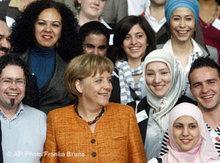Gruppenfoto vom Zweiten Integrationsgipfel 2008, Kanzlerin Merkel und Migranten; Foto: AP