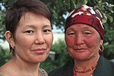 Mutter und Tochter: Djamila Aldrakowa, 66 (rechts) und Aigul Madrainowa (44) aus Osch; Foto: Edda Schlager
