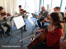 Der Oboist Martin Kögel während einer Probe mit palästinensischen Studenten; Foto: &copy Mustafa Khadeisa/DW