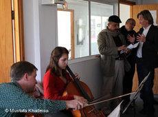 Der Cellist Thomas Rößeler bei einer Probe mit der Studentin Mira Abu Elassal; Foto: &copy Mustafa Khadeisa/DW