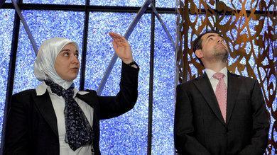Benjamin Idriz mit Gönül Yerli, Vize-Direktorin des islamischen Forums, in der Penzberger Moschee; Foto: dpa