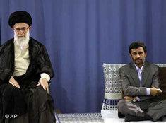Revolutionsführer Ali Khamenei (l.) und Präsident Mahmud Ahmadinedschad; Foto: AP