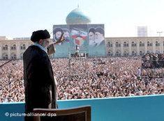 Rede Khameneis vor dem Khomeini-Mausoleum; Foto: dpa