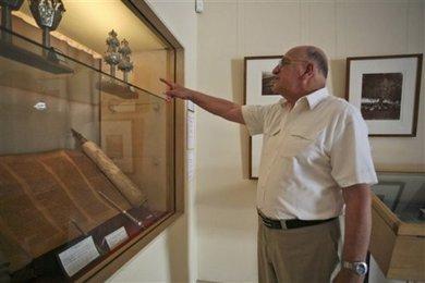 Simon Levy deutet auf eine Thora-Rolle in seinem jüdischen Museum in Casablanca; Foto: AP