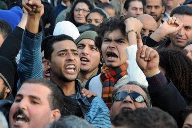 Tunesier demonstrieren gegen den Ben-Ali-Clan in der Haupstadt Tunis; Foto: AP