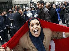 Tunesierin während einer Demonstration gegen Ben Ali; Foto: AP