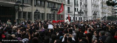 Demonstranten vor dem Innenministerium in Tunis; Foto: dpa