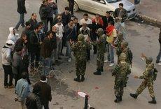 Demonstranten und Einheiten der Armee in den Straßen von Tunis; Foto: dpa