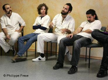Die iranische Rockband DASH während einer Diskussion; Foto: Philippe Frese/DW