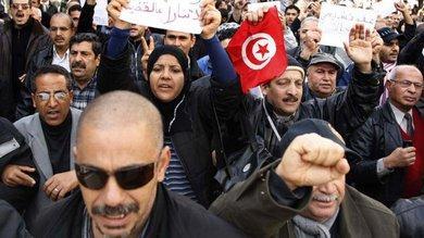 Demonstranten demonstrieren in Tunis gegen die neue Übergangsregierung; Foto: dpa