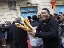 Tunesier kauft Brot ein; Foto: AP