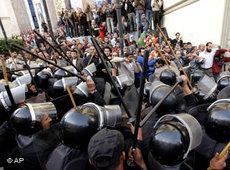 Anti-Aufstandseinheiten der Polizei in Kairo; Foto: AP