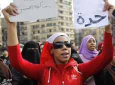 Demonstrantin hält in Kairo Plakat mit der Aufschrift Freiheit hoch; Foto: AP
