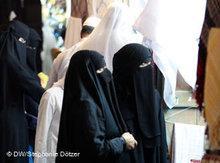 Niqab-Trägerin in Doha; Foto: Stephanie Doetzer/DW