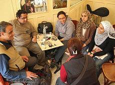 Der Poet Alaa Khaled tauscht sich mit einer Gruppe junger Studenten aus; Foto: Khalid El Kaoutit
