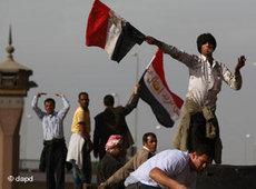 Ägypter schwenken nach dem Rücktritt Mubaraks Nationalfahnen in Kairo; Foto: dapd