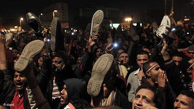 Demonstranten zeigen Mubarak den Schuh; Foto: dapd