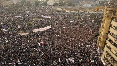 Hunderttausende Demonstranten auf dem Tahrir-Platz; Foto: dpa
