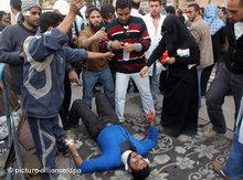 Verletzter liegt auf dem Boden des Tahrir-Platzes; Foto: dpa