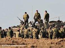 Israelische Panzer am 12. Januar 2009 an der nördlichen Grenze des Gazastreifens; Foto: dpa