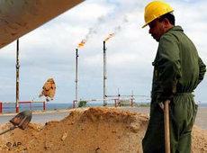 Ein Ölarbeiter in der libyschen Wüste; Foto: AP